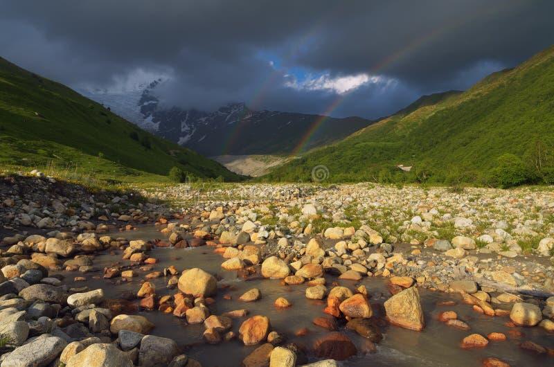 Regenboog in de bergen royalty-vrije stock afbeeldingen