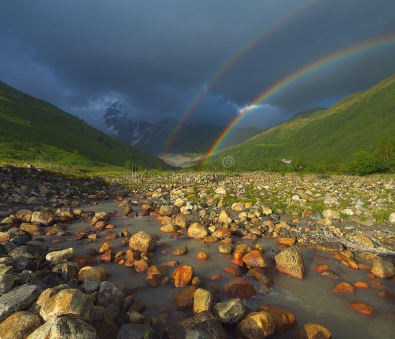 Regenboog in de bergen royalty-vrije stock foto
