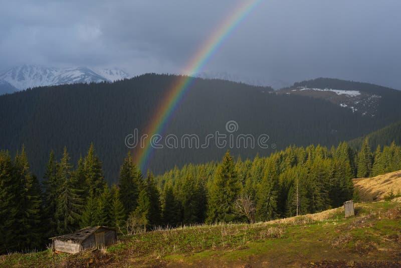 Regenboog in de bergen royalty-vrije stock fotografie