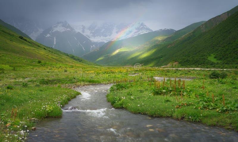 Regenboog in de bergen van de Kaukasus royalty-vrije stock fotografie