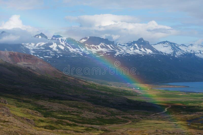 Regenboog in de bergen van IJsland royalty-vrije stock foto