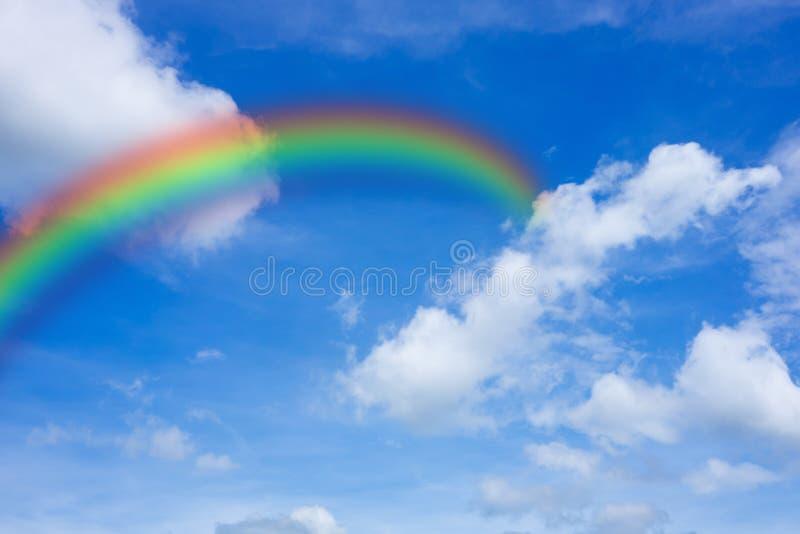Regenboog in de hemel stock afbeelding