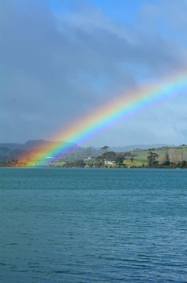 Regenboog in de hemel en boven het overzees royalty-vrije stock afbeelding