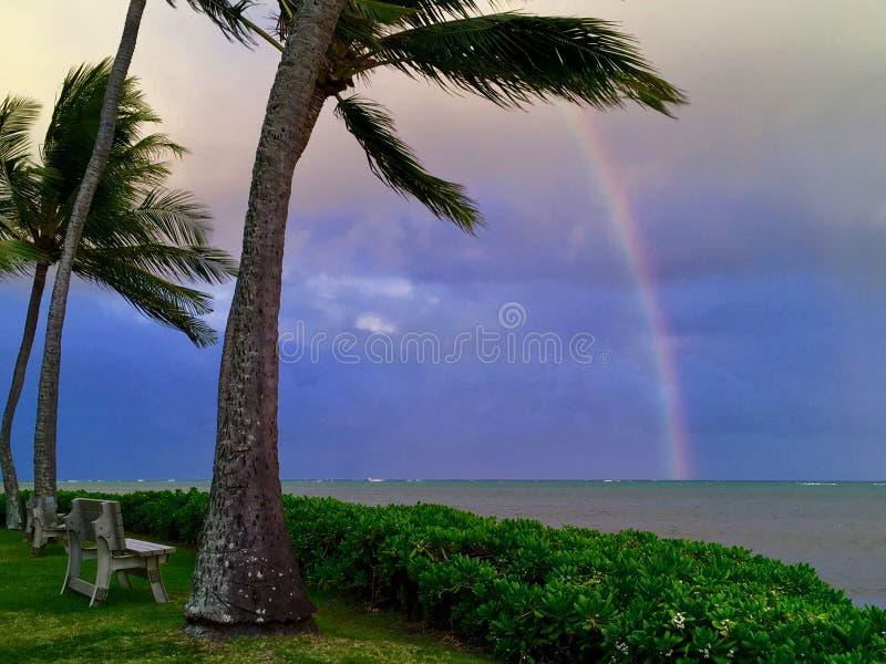 Regenboog in de Oceaan stock afbeeldingen
