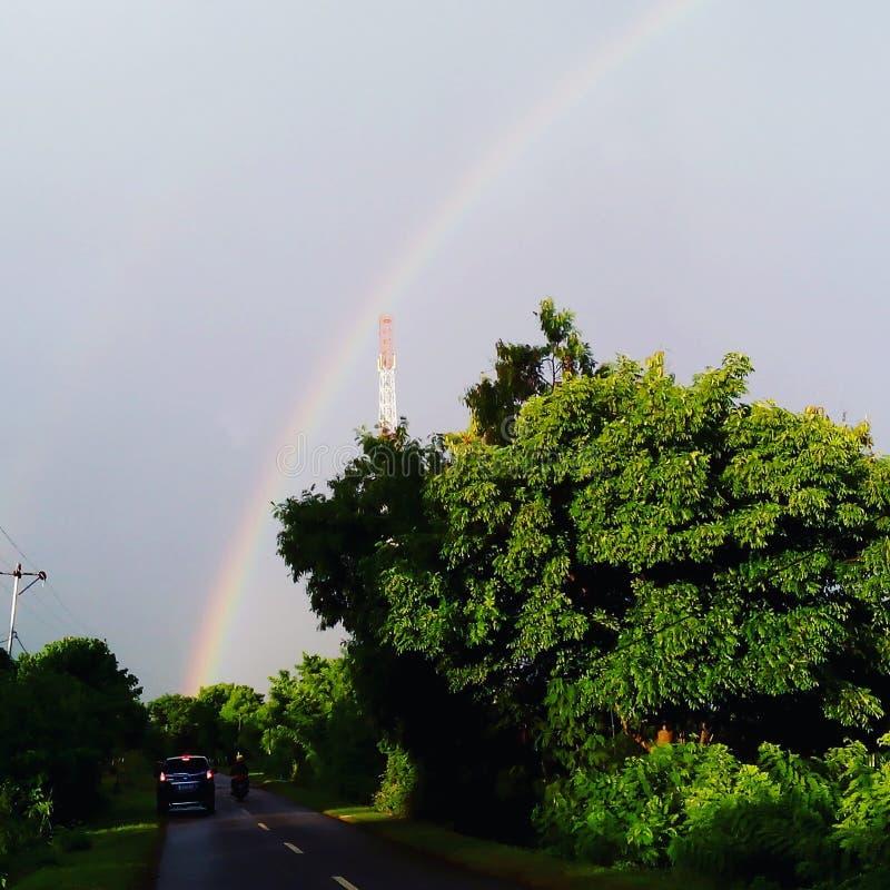 Regenboog in de ochtend stock afbeelding