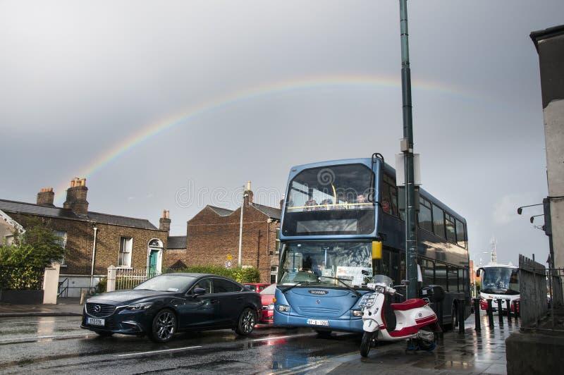 Regenboog in de stad stock foto's