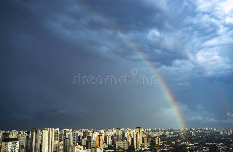 Regenboog in de stad De stad van Sao Paulo, Brazilië royalty-vrije stock foto's