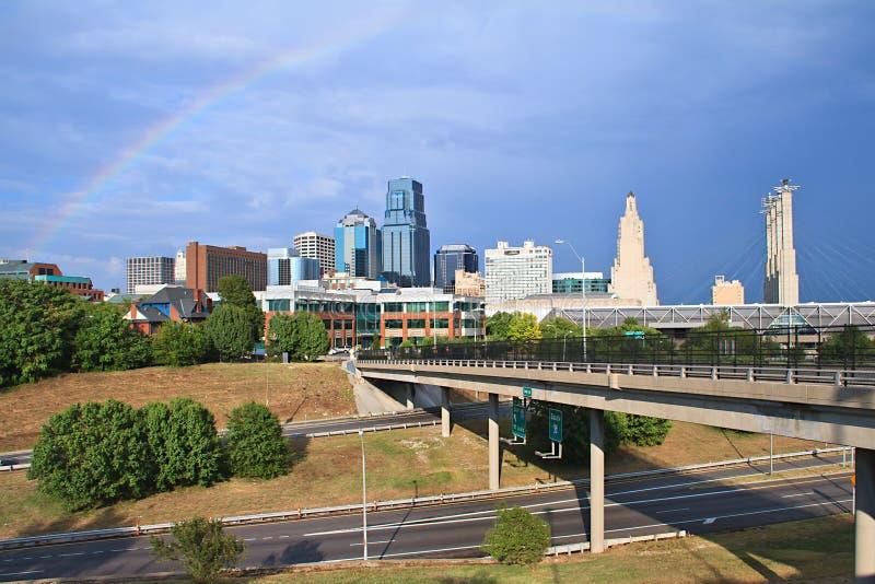 Regenboog de van de binnenstad van de Stad van Kansas stock afbeeldingen