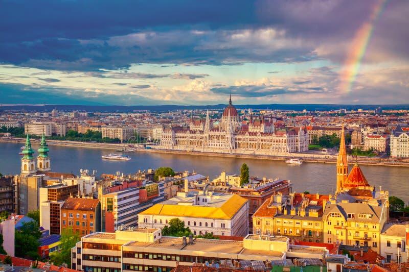 Regenboog dichtbij Parlament en rivieroever van de rivier van Donau in Boedapest, Hongarije royalty-vrije stock foto