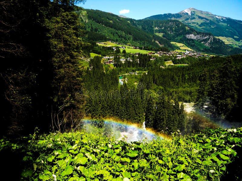 Regenboog die van de waterdalingen wordt gemaakt van Krimml-waterval royalty-vrije stock foto