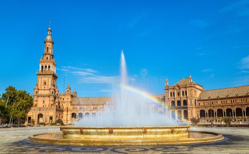 Regenboog in een fontein bij het Plein DE Espana - Sevilla, Spanje stock afbeeldingen
