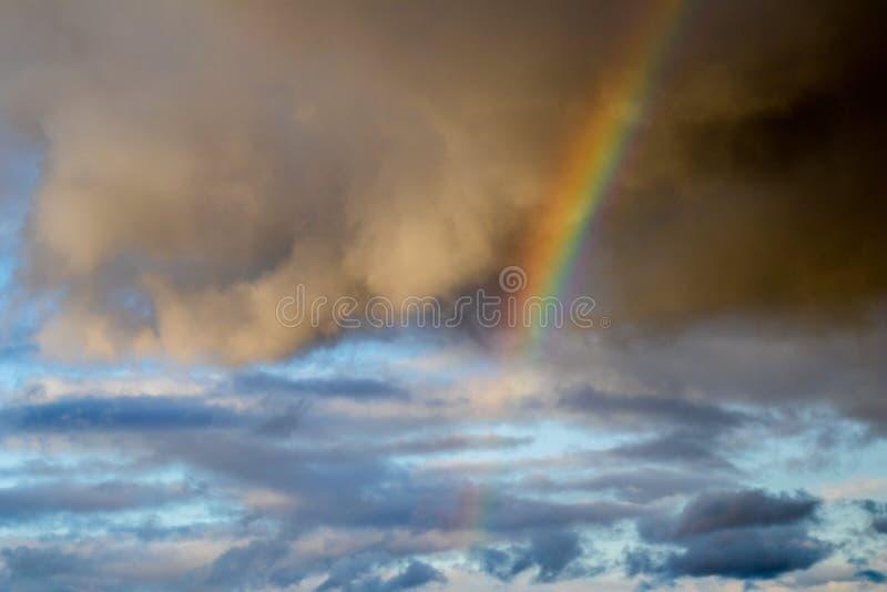 Regenboog in een gevarieerde hemel royalty-vrije stock foto's