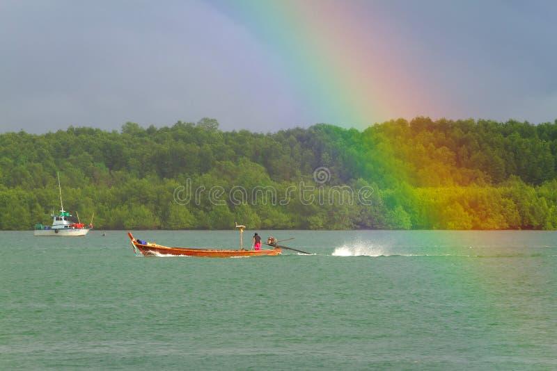 Regenboog En Boot Op De Rivier Bij Koh Kho Khao Royalty-vrije Stock Foto
