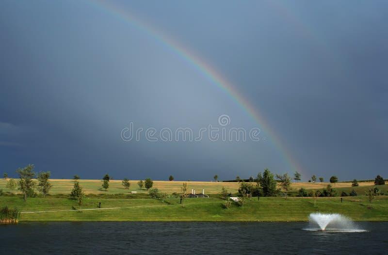 Download Regenboog en Fontein stock afbeelding. Afbeelding bestaande uit spectrum - 280289