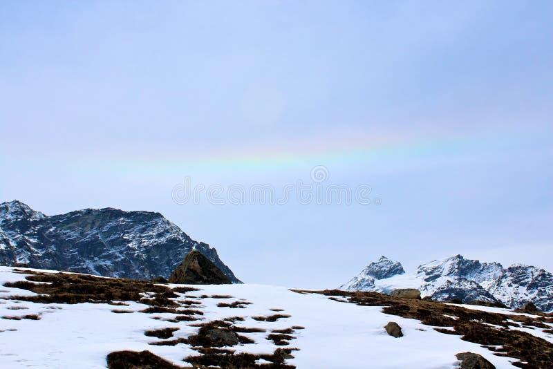 Regenboog in het Himalayagebergte royalty-vrije stock foto's