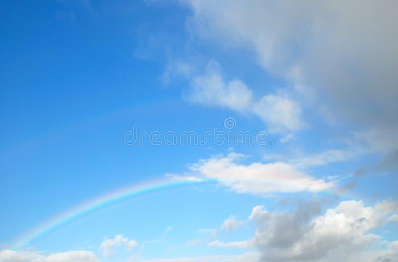Regenboog met blauwe hemel royalty-vrije stock foto