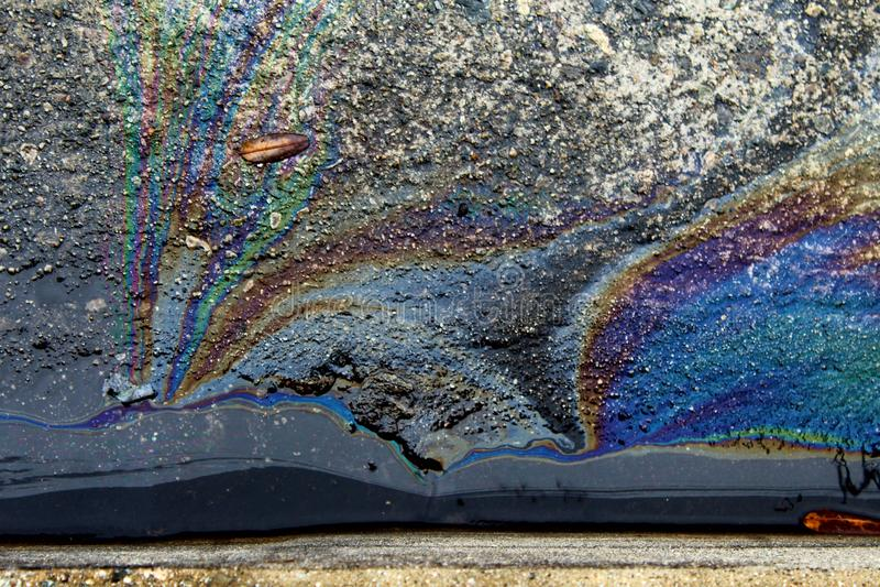 Regenboog Metaalolie op de weg en de straat stock fotografie