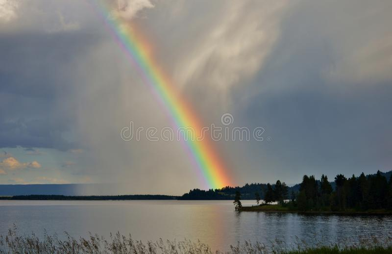 Regenboog na het onweer royalty-vrije stock afbeeldingen