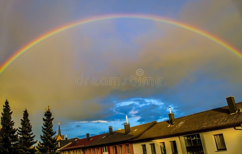 regenboog na onweer stock afbeelding
