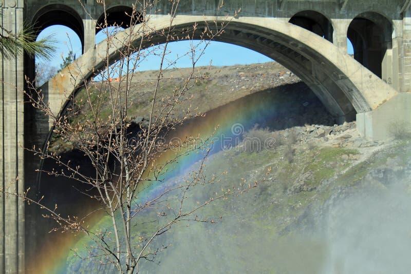 Regenboog onder Monroe Street Bridge stock fotografie