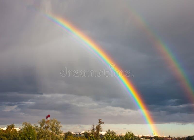 Regenboog onder stad royalty-vrije stock afbeeldingen