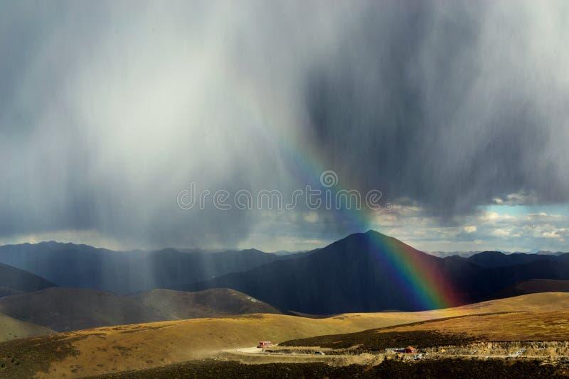 Regenboog op berg stock fotografie