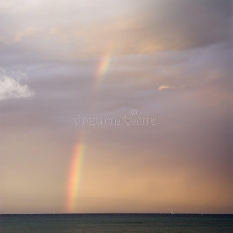 Regenboog op de kust van Maui. stock fotografie