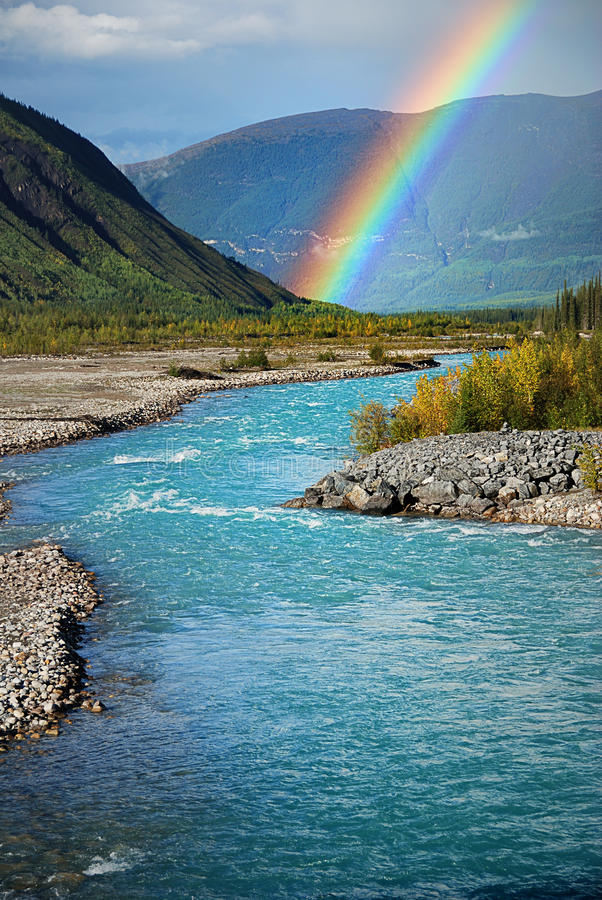 Regenboog op de rivier stock foto's