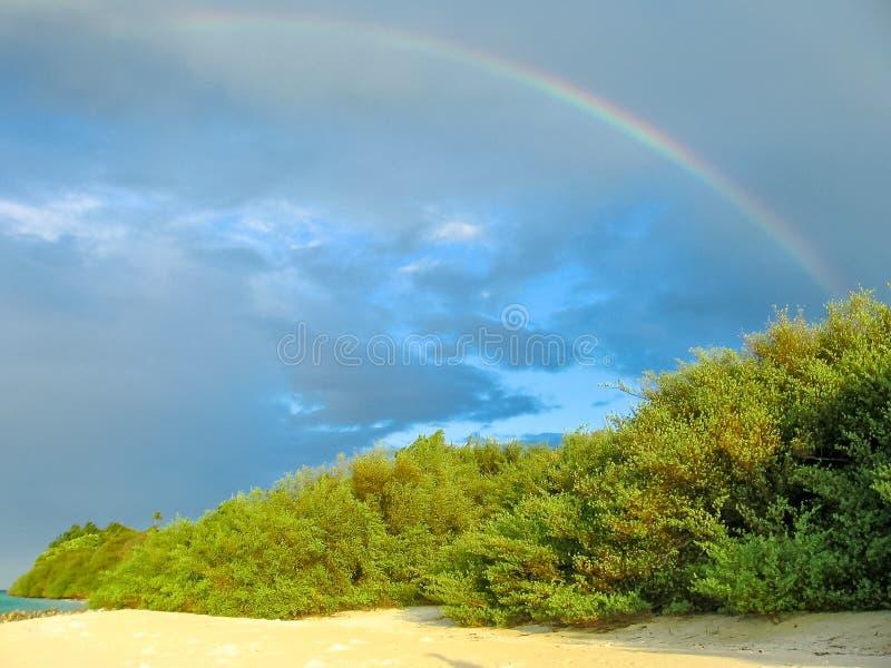 Regenboog op het strand royalty-vrije stock fotografie