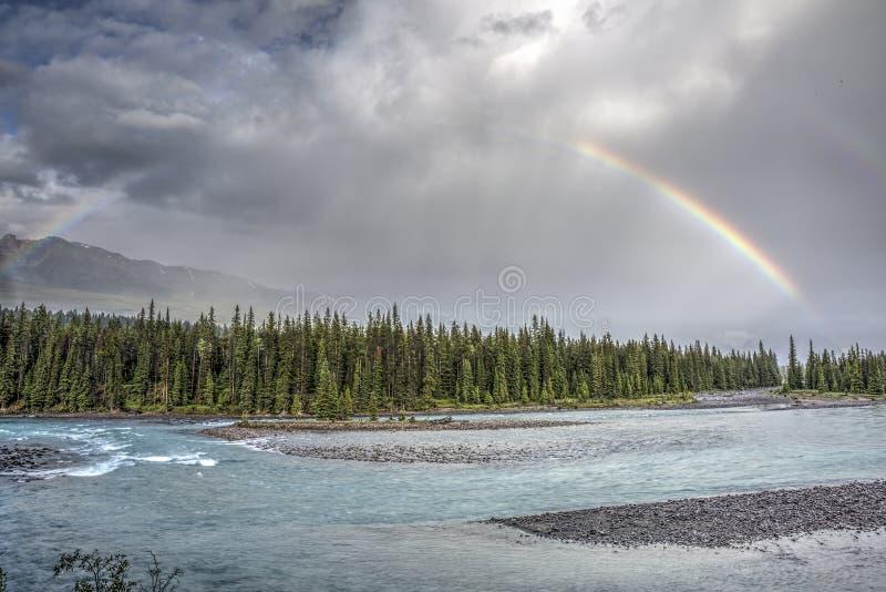 Regenboog over de Athabasca-Rivier - Jasper National Park royalty-vrije stock afbeeldingen
