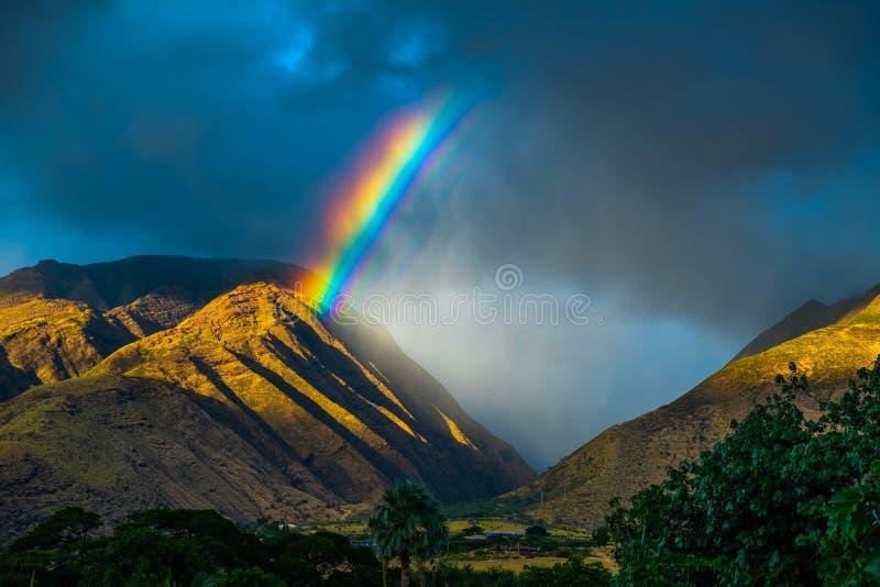 regenboog over de bergen royalty-vrije stock foto