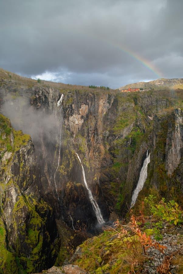 Regenboog over de beroemde Voringsfossen-watervallen dichtbij Hardangerv stock fotografie