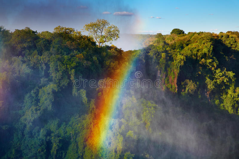 Regenboog over de Dalingen van Victoria stock afbeeldingen