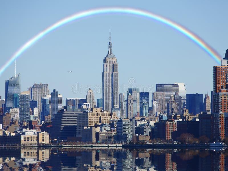 Regenboog over de horizon van New York stock afbeeldingen