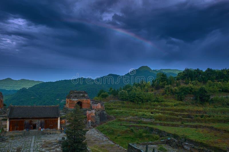 Regenboog over de oude kungfutempel op de bovenkant van berg royalty-vrije stock afbeeldingen