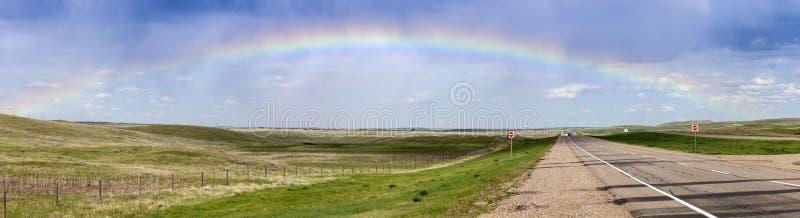 Regenboog over de weg in Saskatchewan royalty-vrije stock afbeeldingen