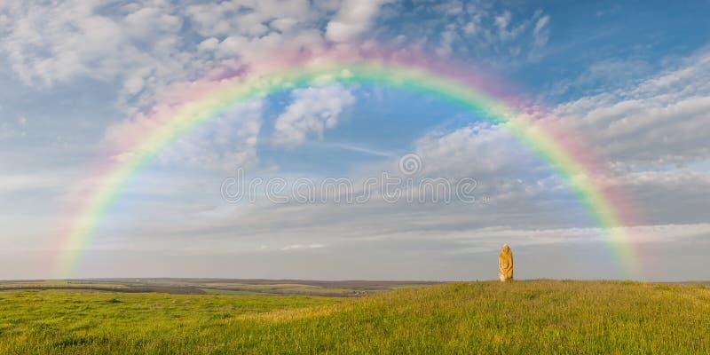 Regenboog over de zomer wilde stepp stock foto's