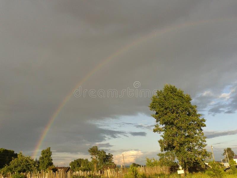 Regenboog over dorp royalty-vrije stock foto