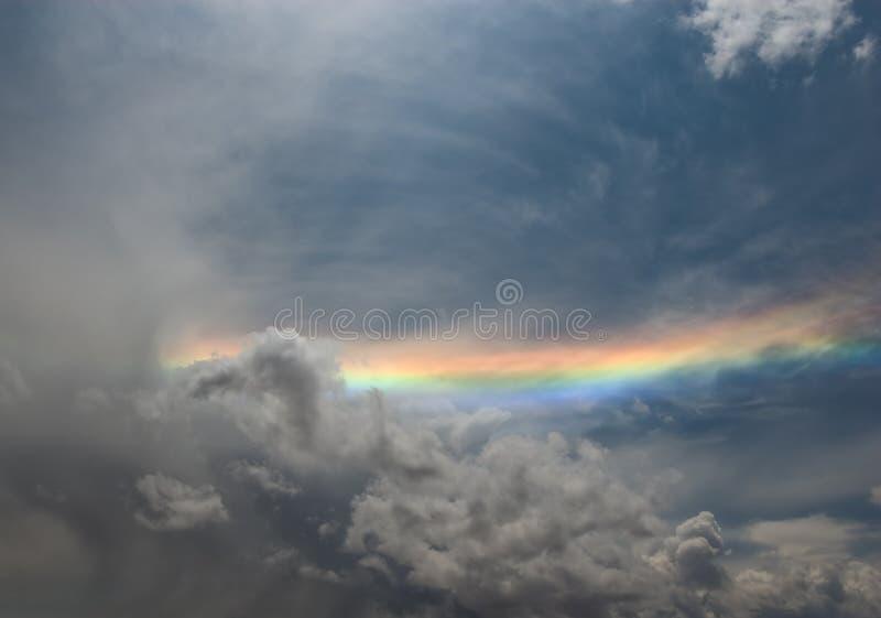 Regenboog over grijze bewolkte hemel royalty-vrije stock afbeeldingen
