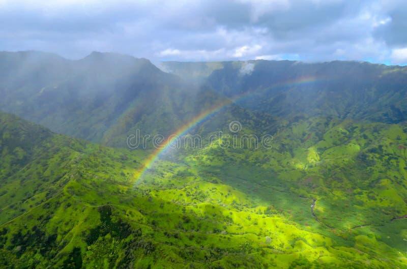 Regenboog over groene vallei en bergen, satellietbeeld van een helikopter bij de Kust van Na Pali, Kauai, Hawaï royalty-vrije stock foto
