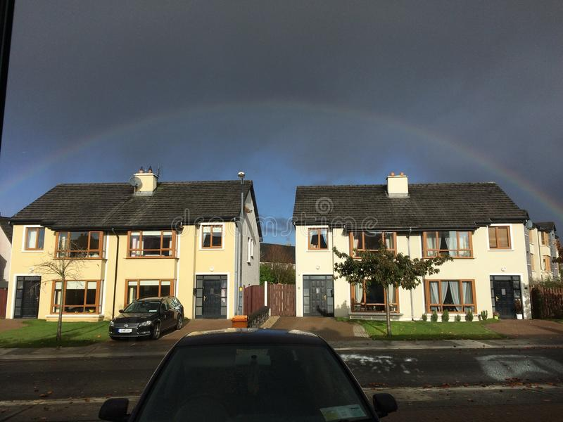 Regenboog over huizen in castlebar stock fotografie
