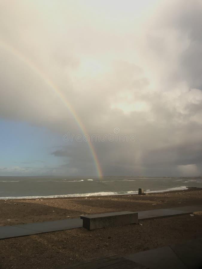 Regenboog over Northsea stock foto