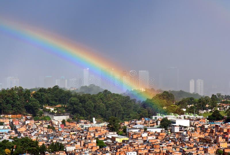 Regenboog over Sao Paulo, Brazilië stock foto
