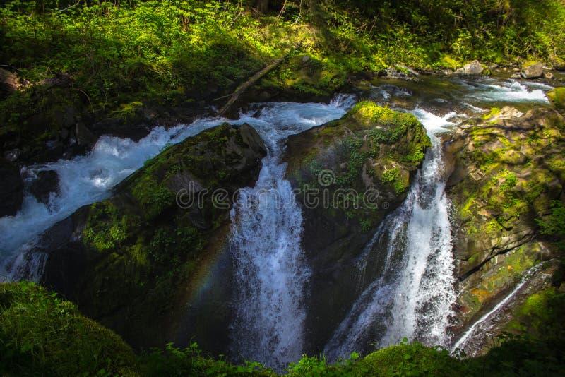 Regenboog over Sol Duc Falls in Olympisch Nationaal Park royalty-vrije stock fotografie