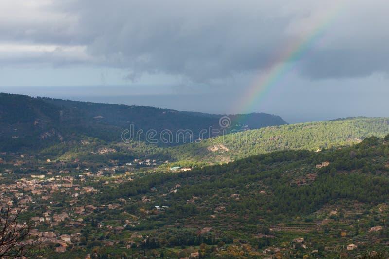 Regenboog over Soller-Vallei door de bergen die Tramuntanawordt omringdvan Serraderoyalty-vrije stock fotografie