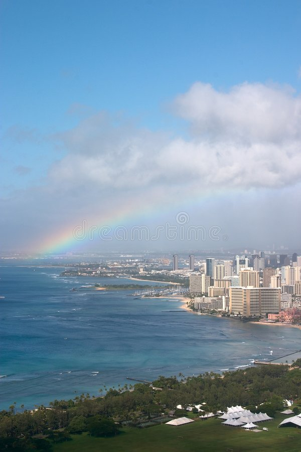 Regenboog over Waikiki stock afbeelding