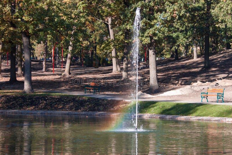 Regenboog in plonsen van fonteinwater Irpin, de Oekraïne royalty-vrije stock afbeelding