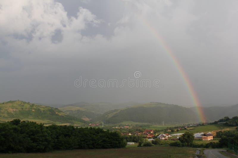 Regenboog in Roemenië stock afbeeldingen
