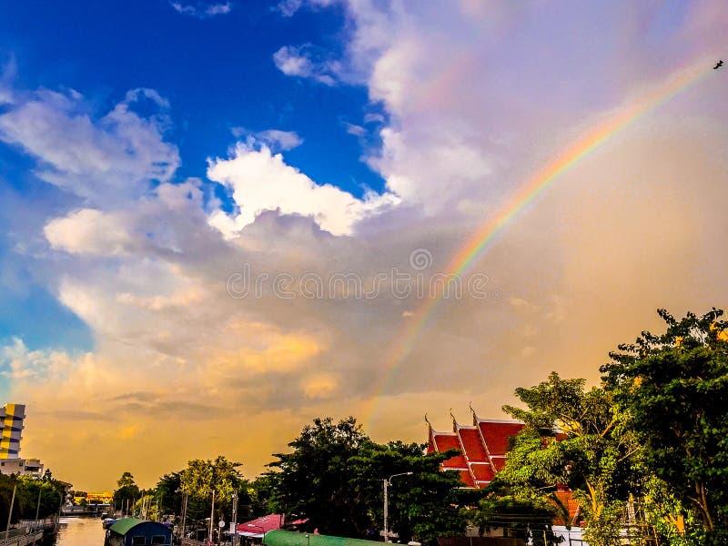 Regenboog in Tempel stock foto