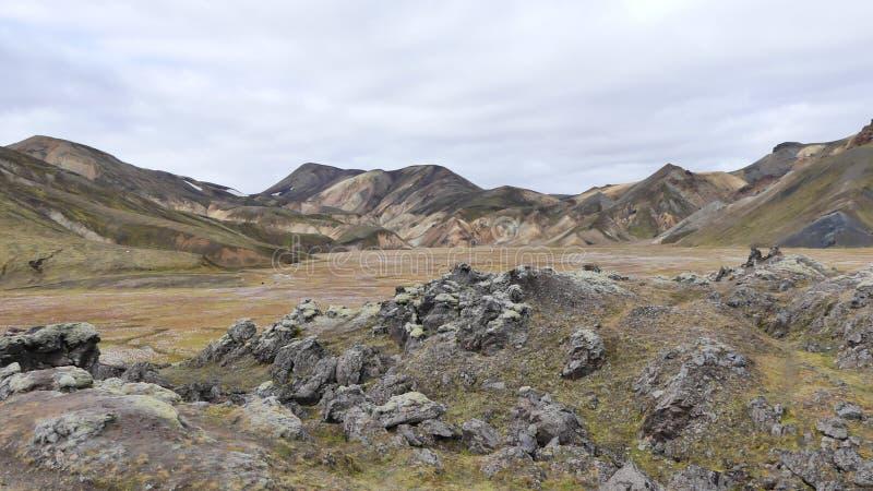 Regenboogbergen die dichtbij door Landmannalaugar de hete lentes worden gevestigd royalty-vrije stock foto's